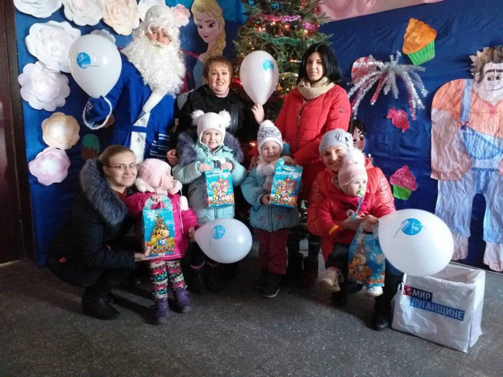 Дети Красного Луча получили новогодние подарки от проекта «Волонтер» 5