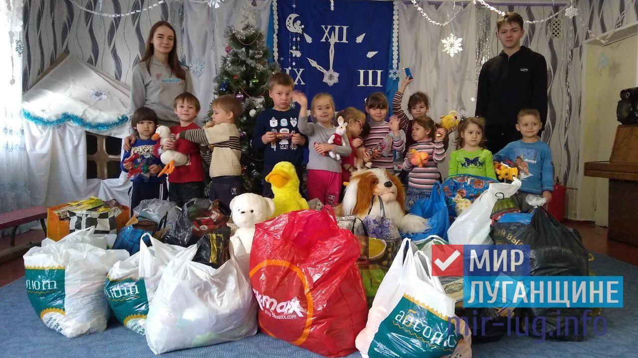 Активисты проекта «Волонтёр» передали помощь в детский сад прифронтового посёлка Весёлая гора 1