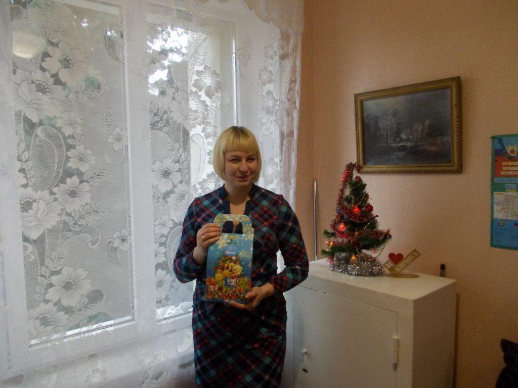 В Кировске выдали сладкие подарки детям от проекта «Волонтер» 7