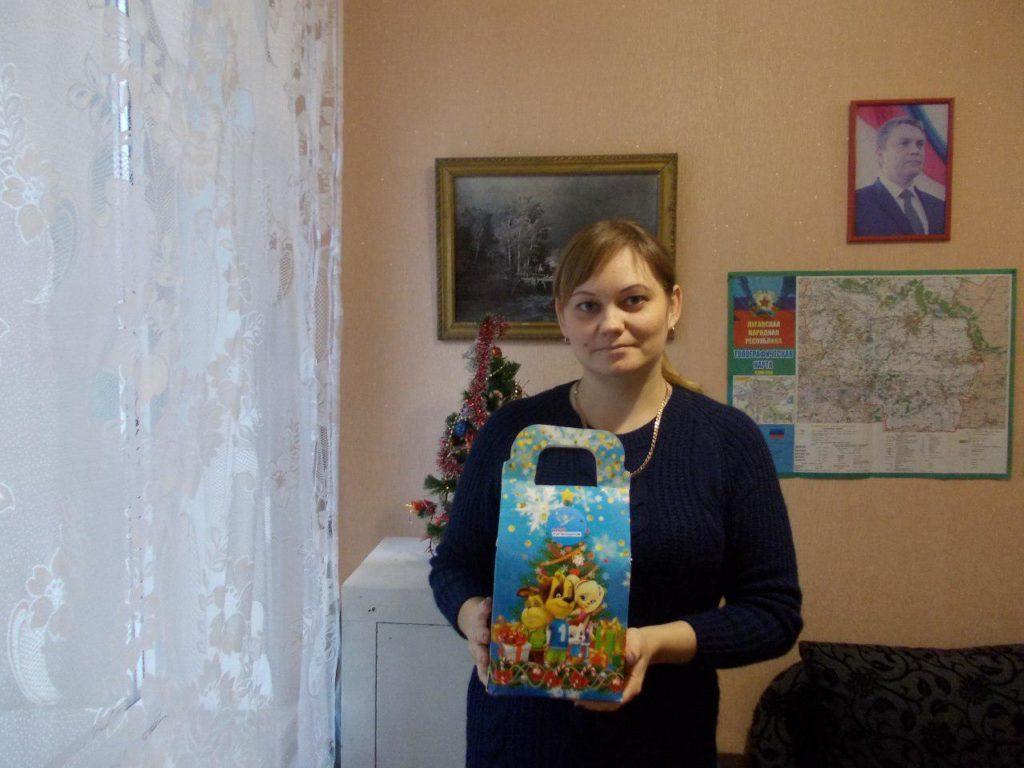 В Кировске выдали сладкие подарки детям от проекта «Волонтер» 9