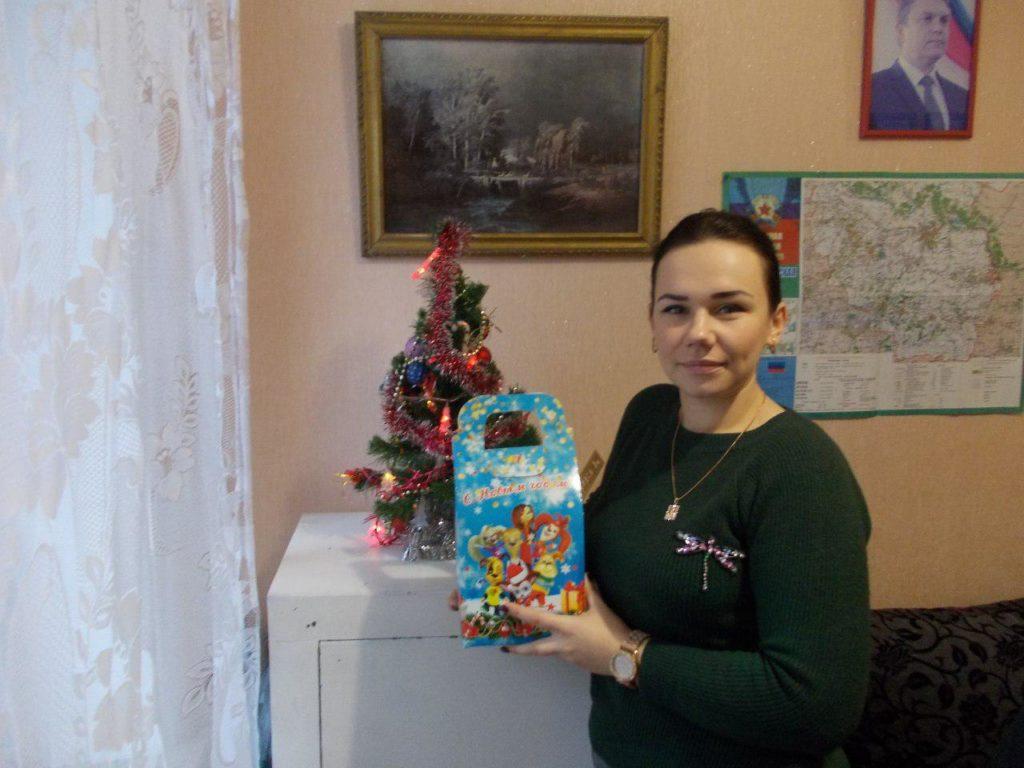 В Кировске выдали сладкие подарки детям от проекта «Волонтер» 10