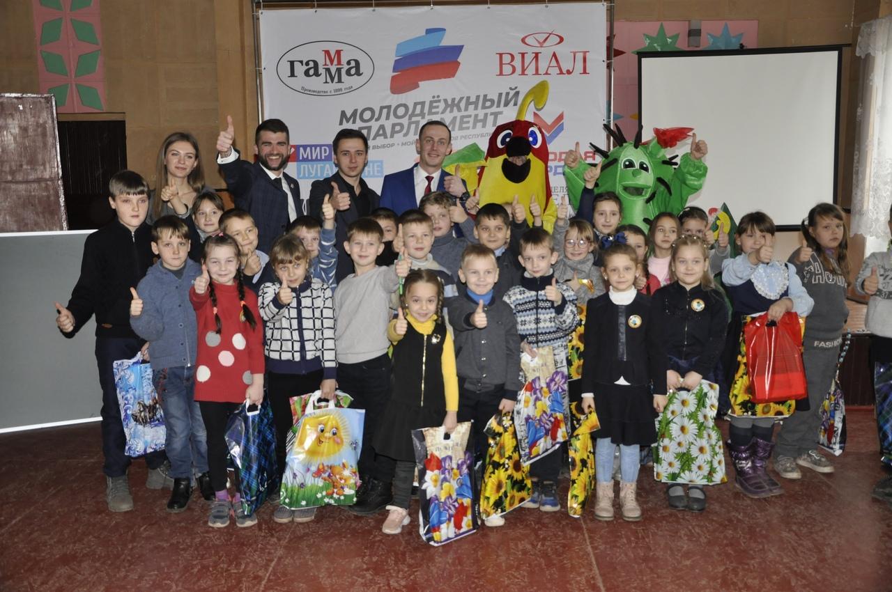 Вручение канцелярских наборов детям состоялось в посёлке Комиссаровка Перевальского района 1