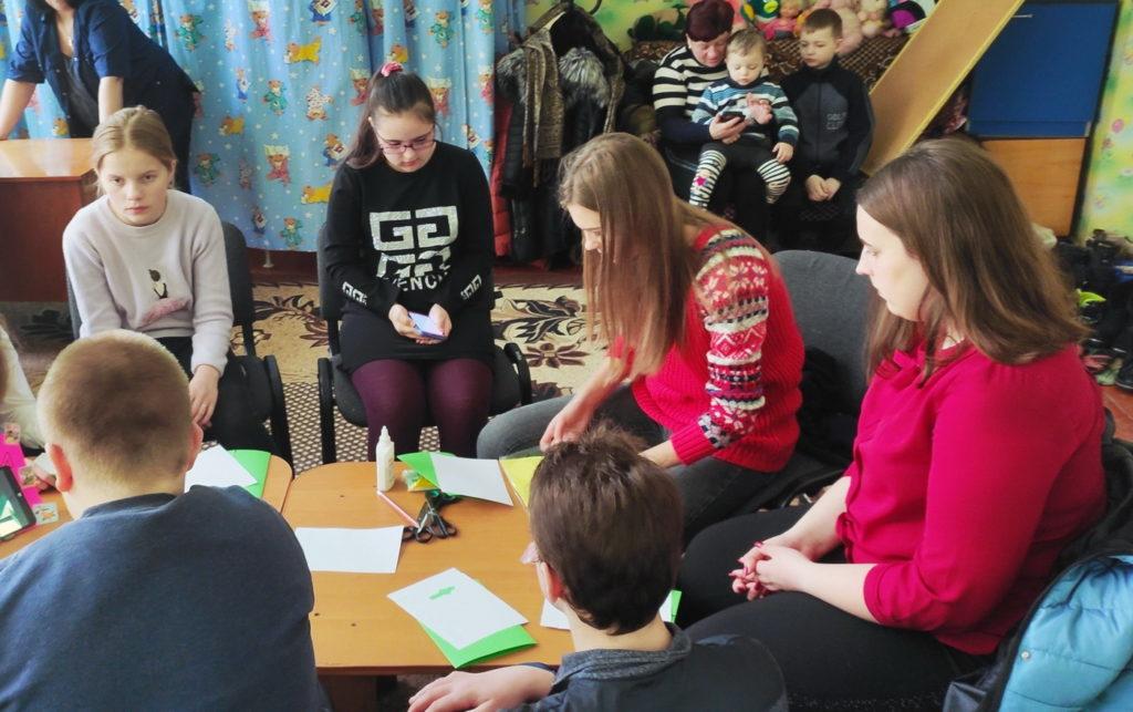 В Перевальске активисты проекта «Молодая Гвардия» провели мастер-класс для воспитанников комплексного центра