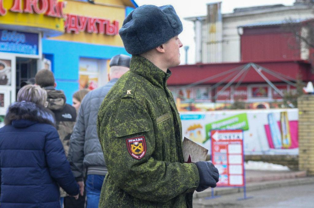В Луганске активисты поздравили мужчин Луганска с Днем Защитника Отечества 1