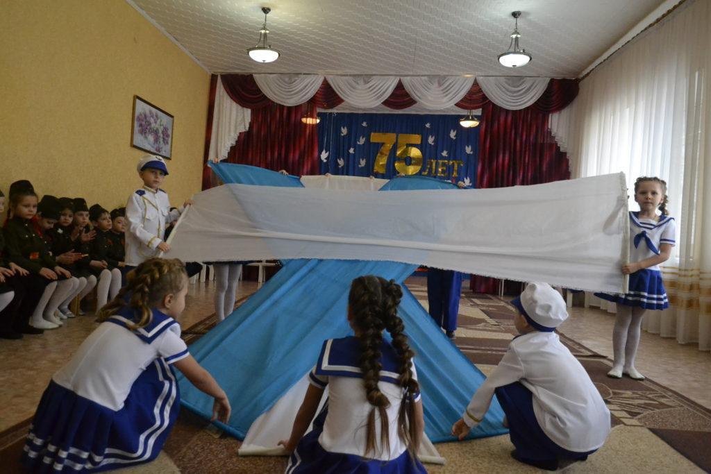 Акция «Знамя Победы» состоялась в Ровеньковском детском саду 1