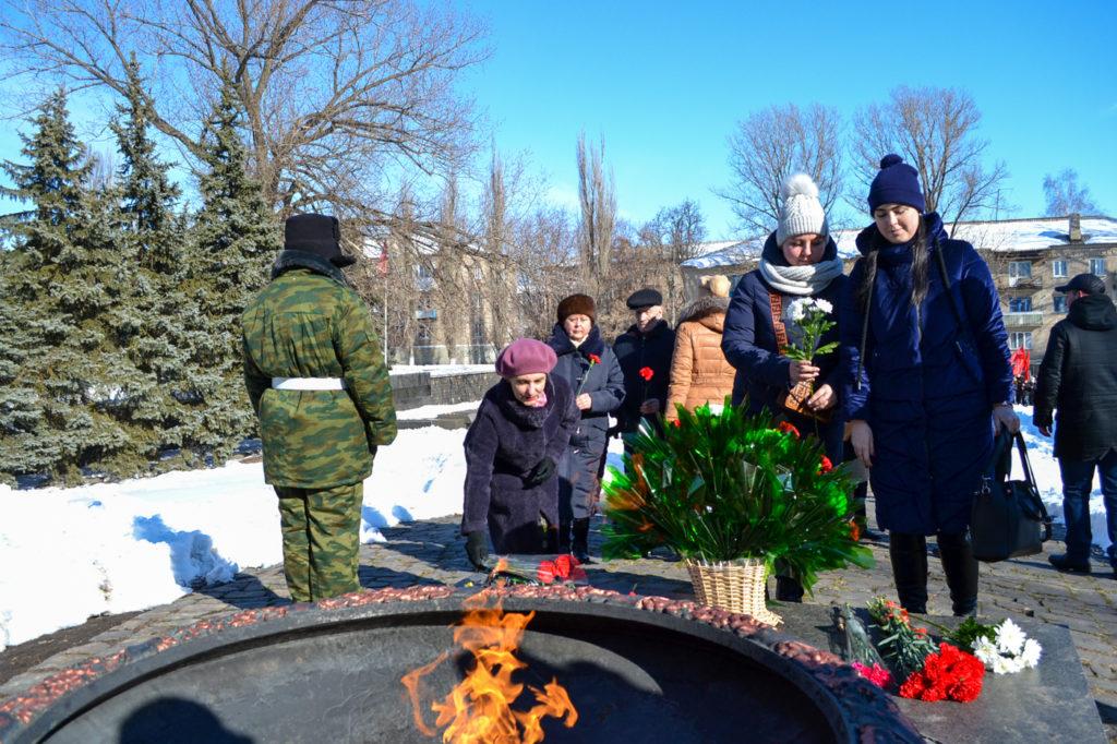 Жители города Ровеньки возложили цветы в честь 77-ой годовщины со Дня освобождения города от немецко-фашистских войск