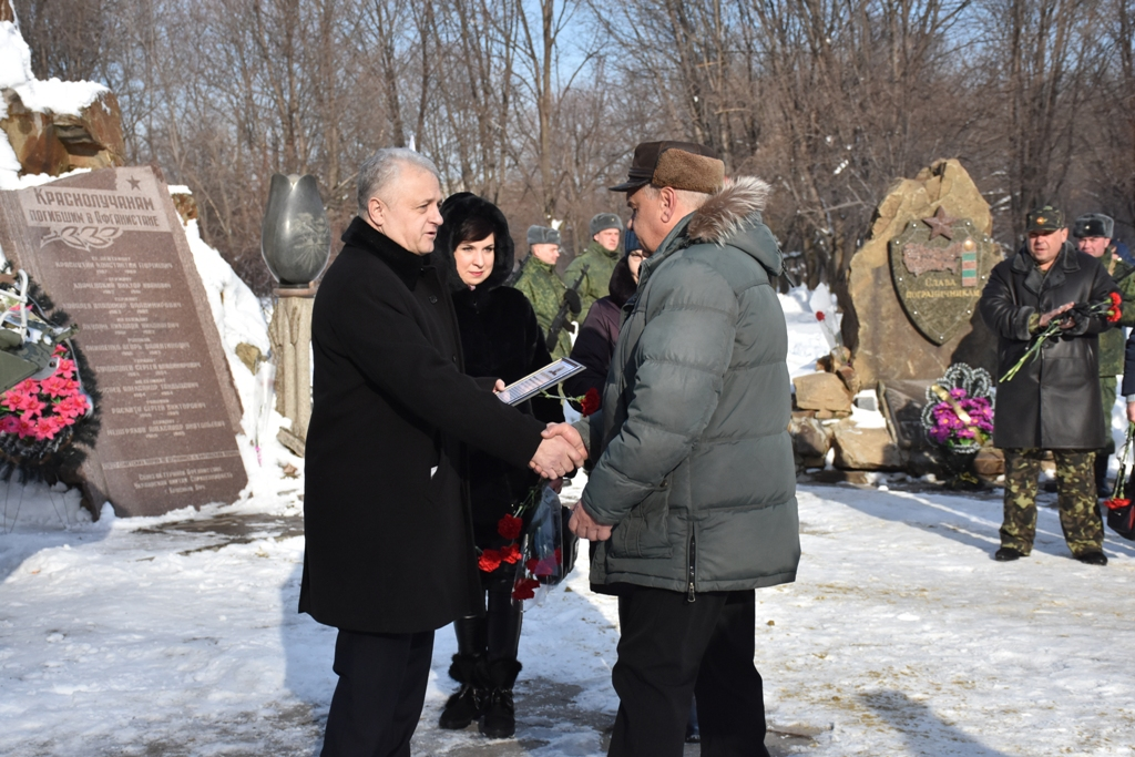 В Красном Луче почтили память погибших в Афганистане и Чернухино-Дебальцевской операции