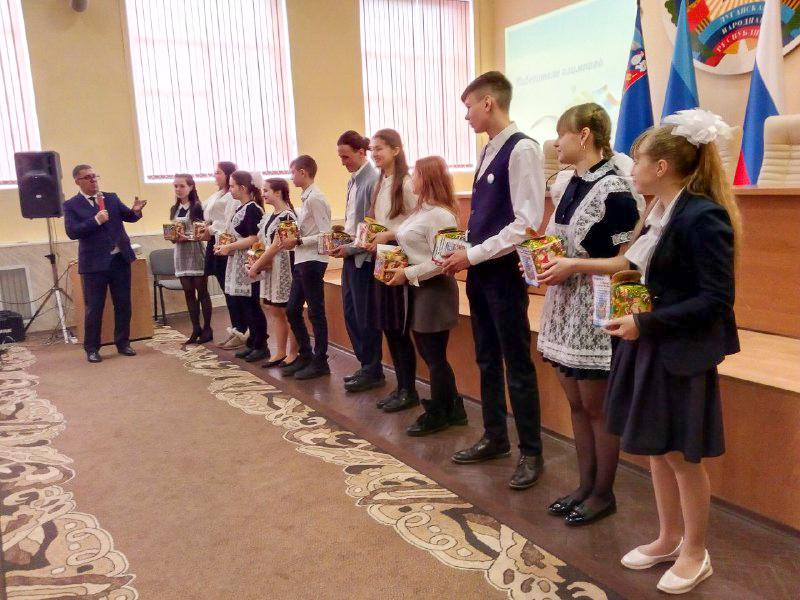 Глава Администрации Перевальского района Виталий Михайлов встретился с одарёнными детьми 2