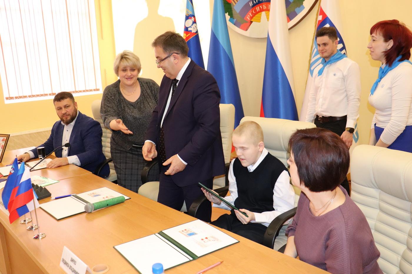 В Перевальске провели церемонию по специальному гашению почтовых марок в честь памяти воина, защитника Донбасса Ширко Геннадия