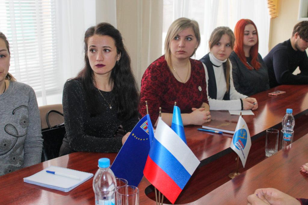 Депутат Народного Совета ЛНР Анна Мосина встретилась с молодежным активом Славяносербска 2
