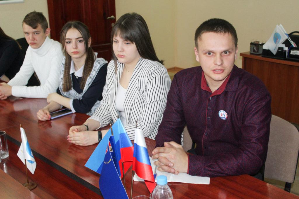 Депутат Народного Совета ЛНР Анна Мосина встретилась с молодежным активом Славяносербска 3