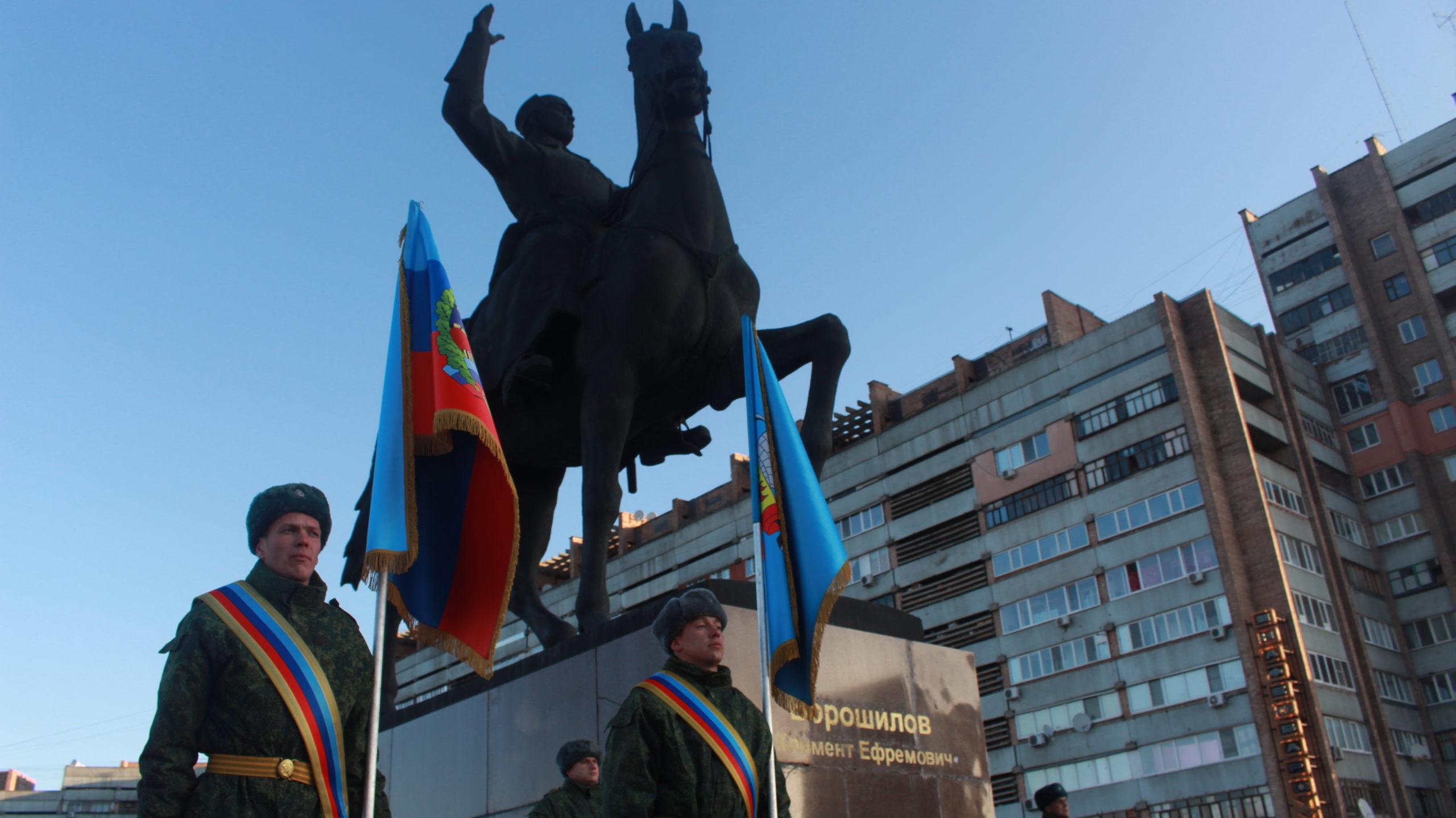 В Луганске возложили цветы к памятнику Климента Ворошилова 4