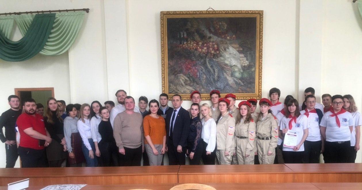 Депутаты Молодёжного парламента встретились с молодёжью Стаханова в рамках проекта «#МояИстория»