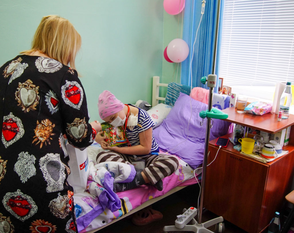 В луганской больнице прошла акция «Семь цветов счастья», посвященная Международному дню онкобольного ребёнка 4