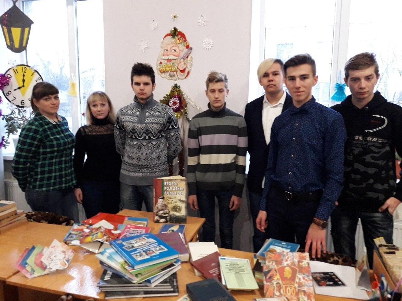 Активисты проекта «Молодая гвардия» передали книги в Кировскую городскую библиотеку