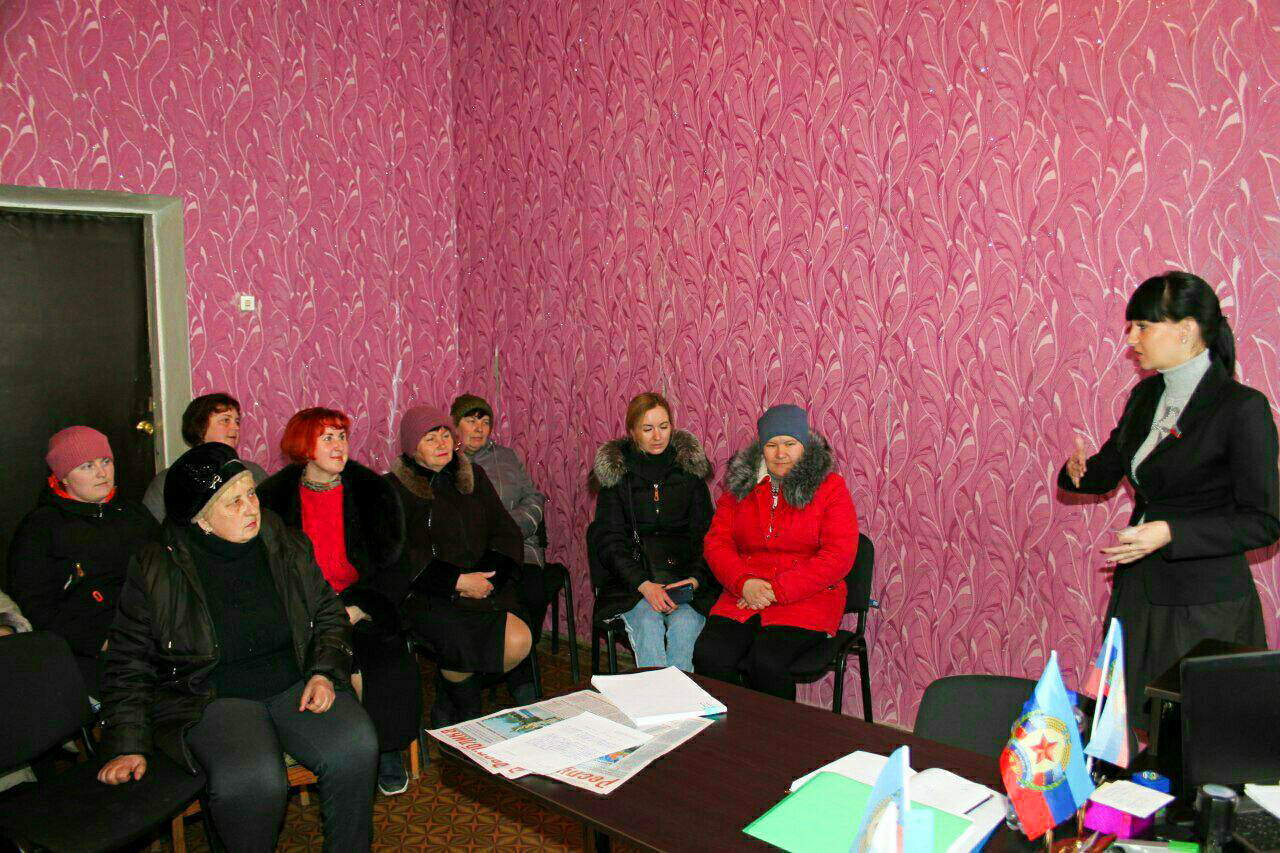 Александра Коваленко провела встречу с избирателями поселка Энгельсово Краснодонского района