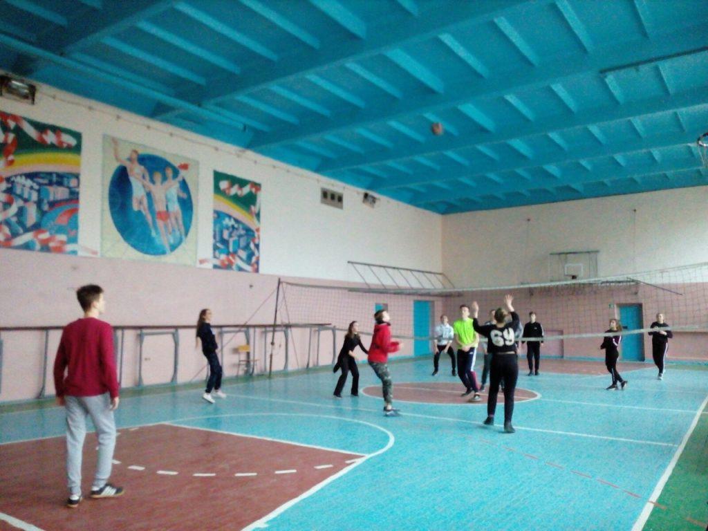 В Лутугино активисты проекта «Молодая Гвардия» провели игру в волейбол 2