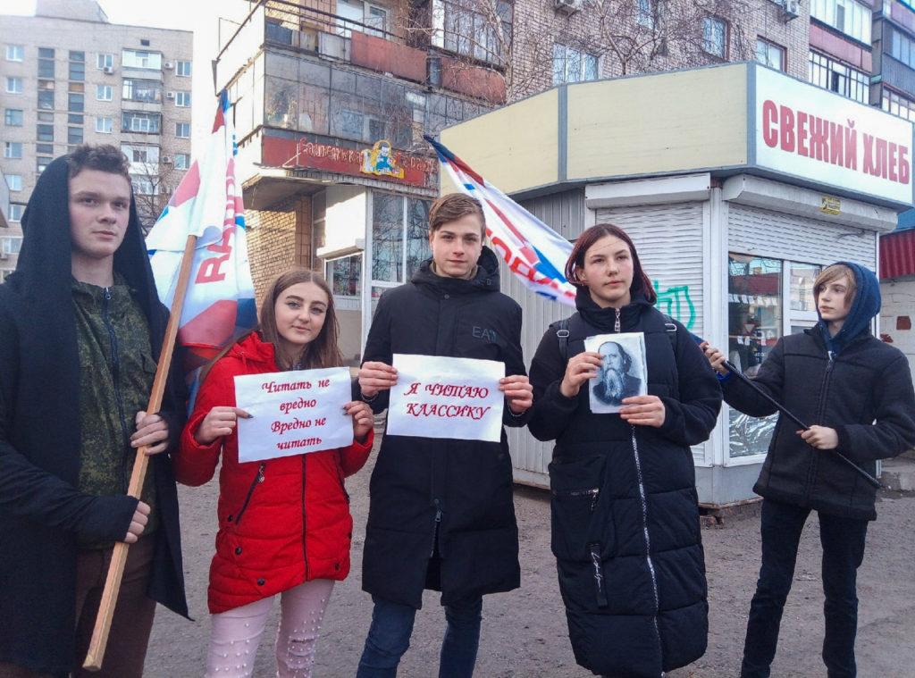 Активисты ОД «Мир Луганщине» провели акцию «Узнай писателя по портрету» в Антраците 1
