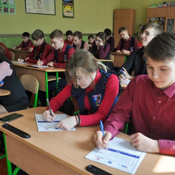В Брянке и Антраците школьники и студенты написали эссе «Я – Глава Республики на один день» 2