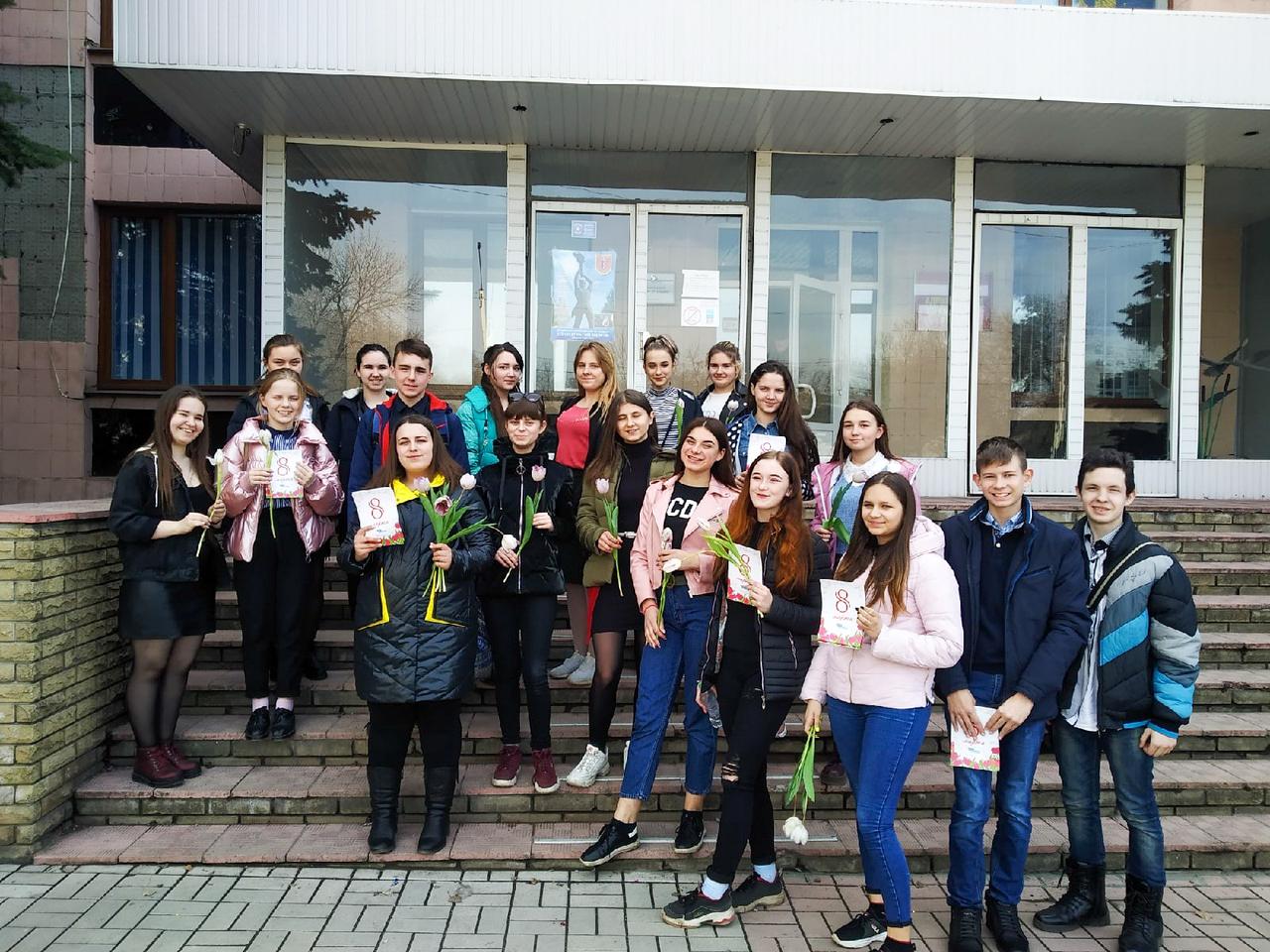 Активисты проекта «Молодая Гвардия» поздравили женщин Перевальска с Международным женским днём 2