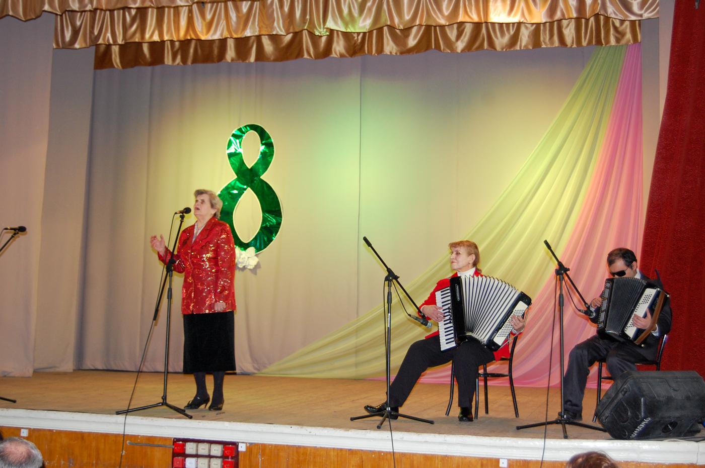В Лутугино состоялся праздничный концерт клуба «Ветеран» и народного хора «Надия» 2