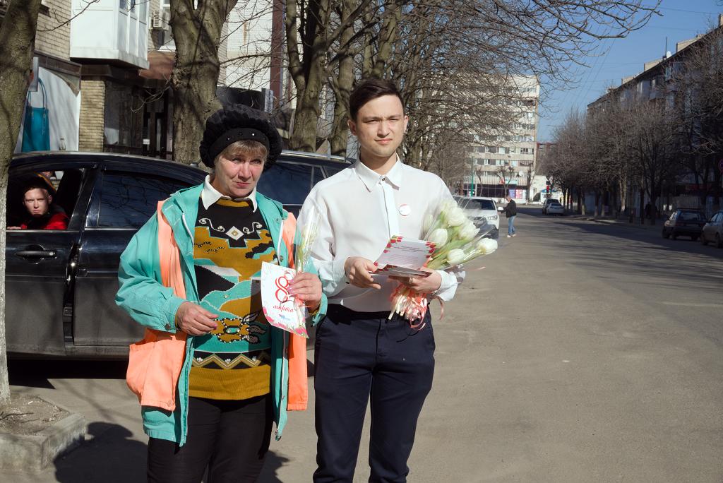 Женщин поздравили с Международным женским днём на улицах Луганска
