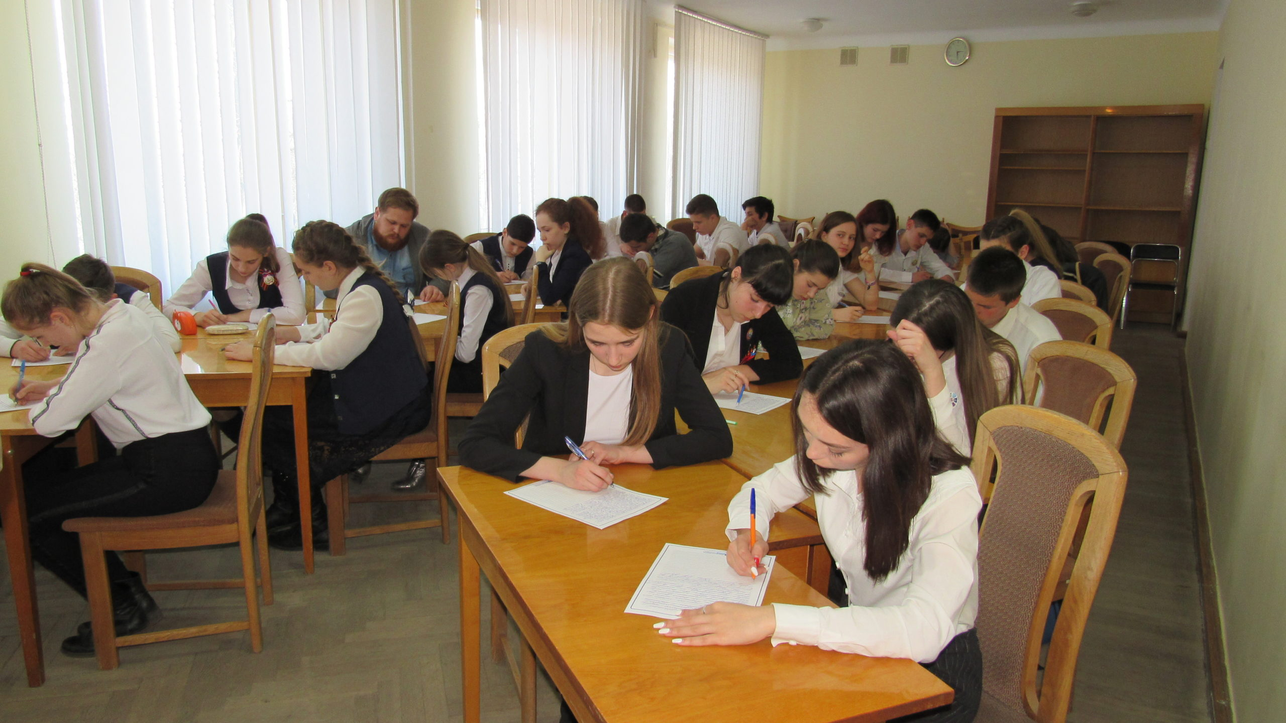 Школьники Стаханова приняла участие в конкурсе эссе «Я – Глава Республики на один день» 1