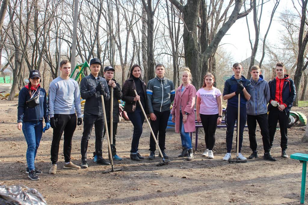 В Луганске активисты проекта «Молодая Гвардия» провели субботник 2