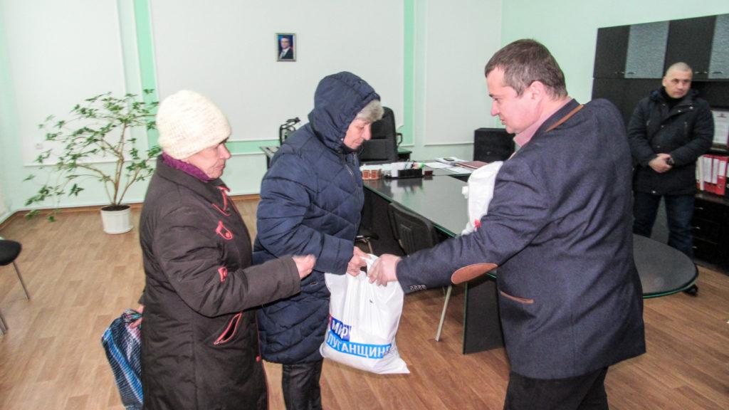 Работники ЖКХ получили продуктовые наборы от проекта «Волонтёр» в Стаханове 2