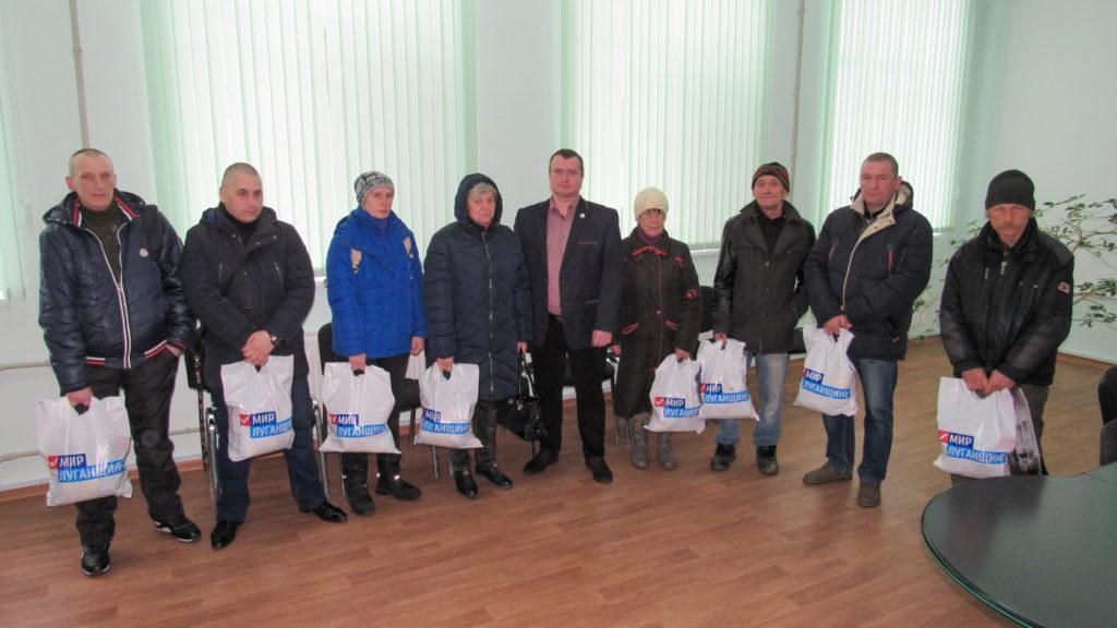 Работники ЖКХ получили продуктовые наборы от проекта «Волонтёр» в Стаханове 1