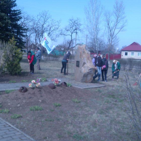Активисты ОД «Мир Луганщине» провели субботник в посёлке Малониколаевка 1