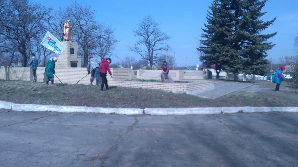 Активисты ОД «Мир Луганщине» провели субботник в посёлке Малониколаевка 2