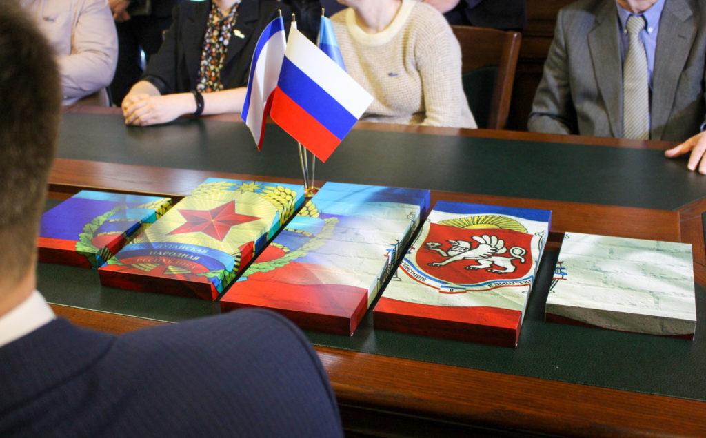 Активисты ОД «Мир Луганщине» поздравили представителей Русской общины Крыма в Луганске 3