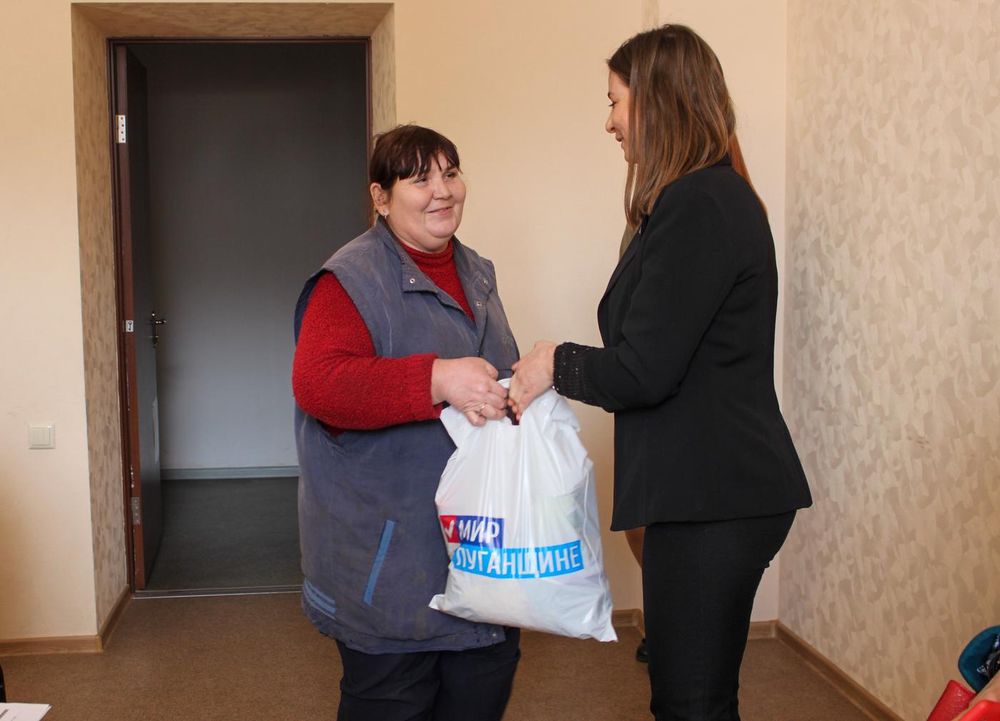 В Луганске работникам ЖКХ выдали продуктовые наборы