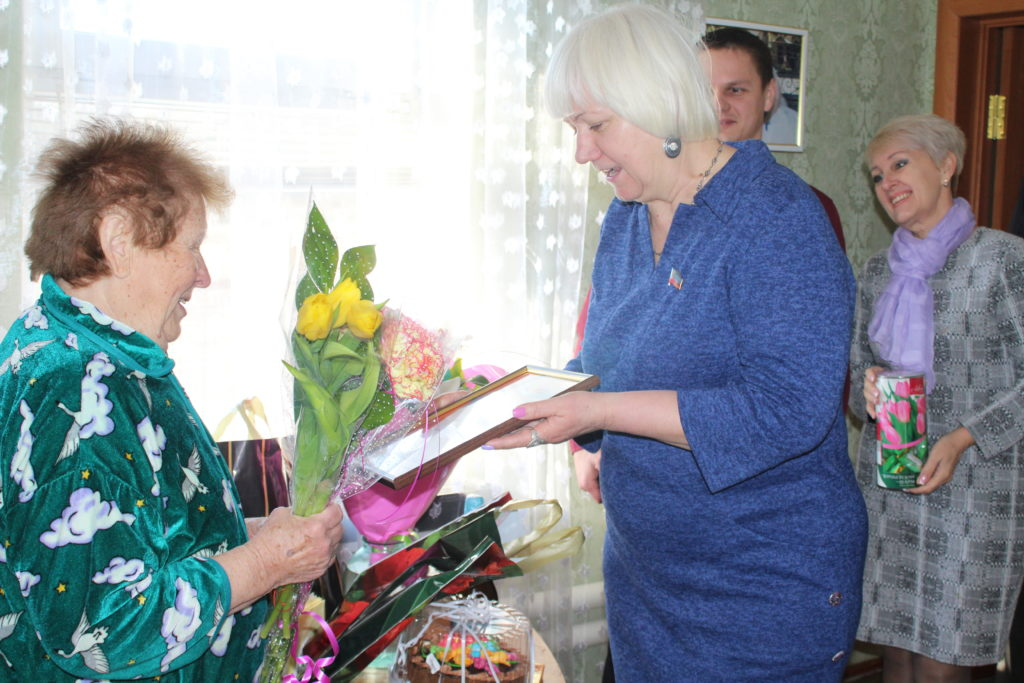 В городах и районах ЛНР женщин торжественно поздравили с Международным женским днём 1