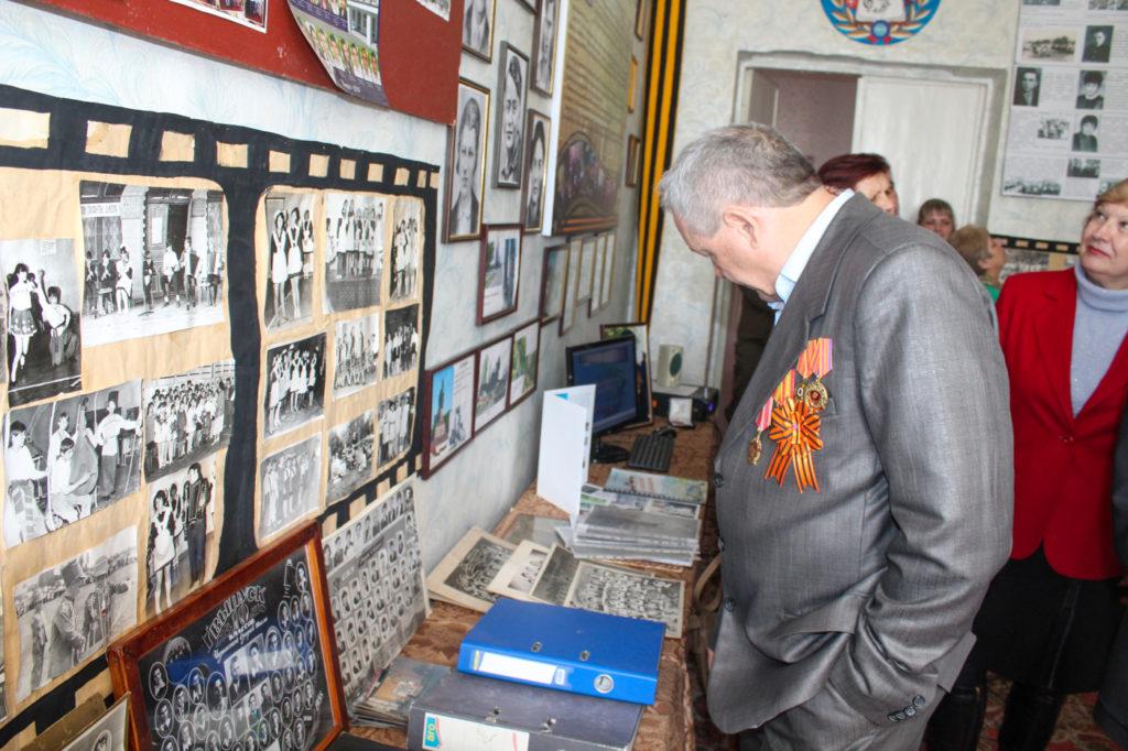 Активисты проекта «Молодая гвардия» провели экскурсию в школьном музее для ветеранов города Зимогорье 3