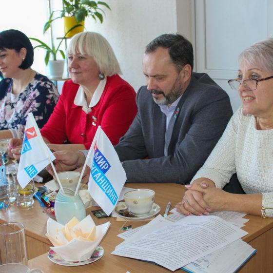 В Славяносербске состоялся круглый стол с участием активисток города 2