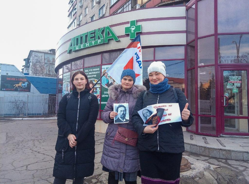 Активисты ОД «Мир Луганщине» провели акцию «Узнай писателя по портрету» в Антраците 3