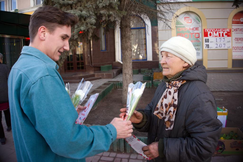 Женщин поздравили с Международным женским днём на улицах Луганска 4