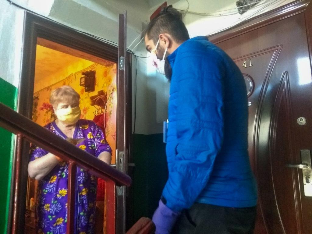 В Ровеньках волонтёры помогли жительницам города в рамках акции «Рука помощи» 1
