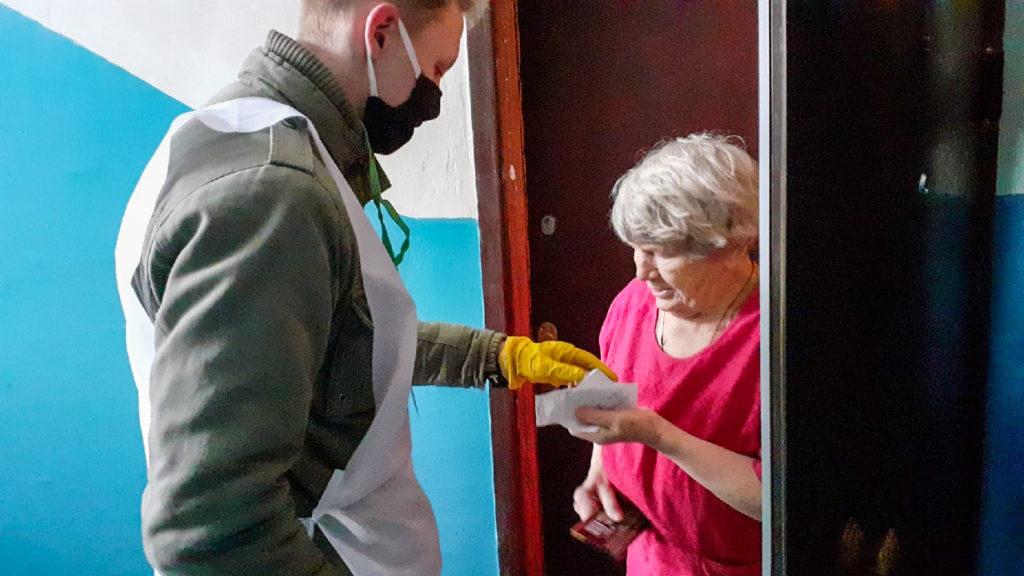 Волонтёры акции «Рука помощи» помогли жительнице в Антраците 1