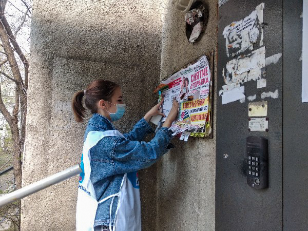Активисты ОД «Мир Луганщине» проинформировали жителей Краснодона об акции «Рука помощи» 1