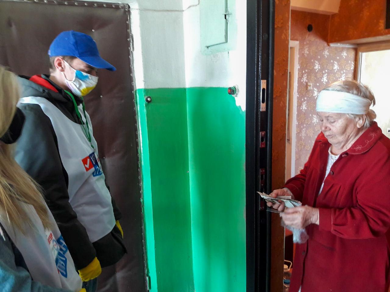 Волонтёры помогли пятерым жителям Антрацита 2