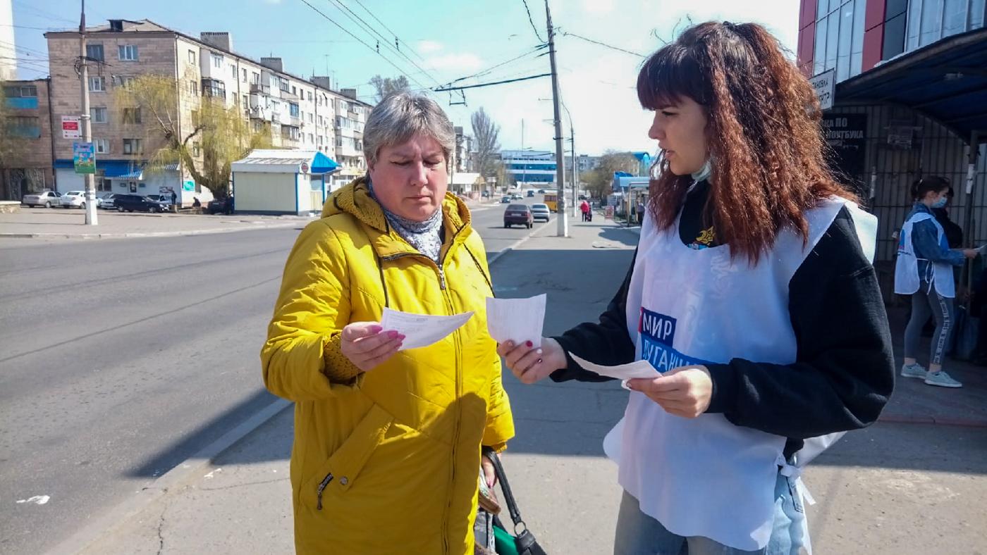 Активисты ОД «Мир Луганщине» проинформировали жителей Краснодона об акции «Рука помощи» 3