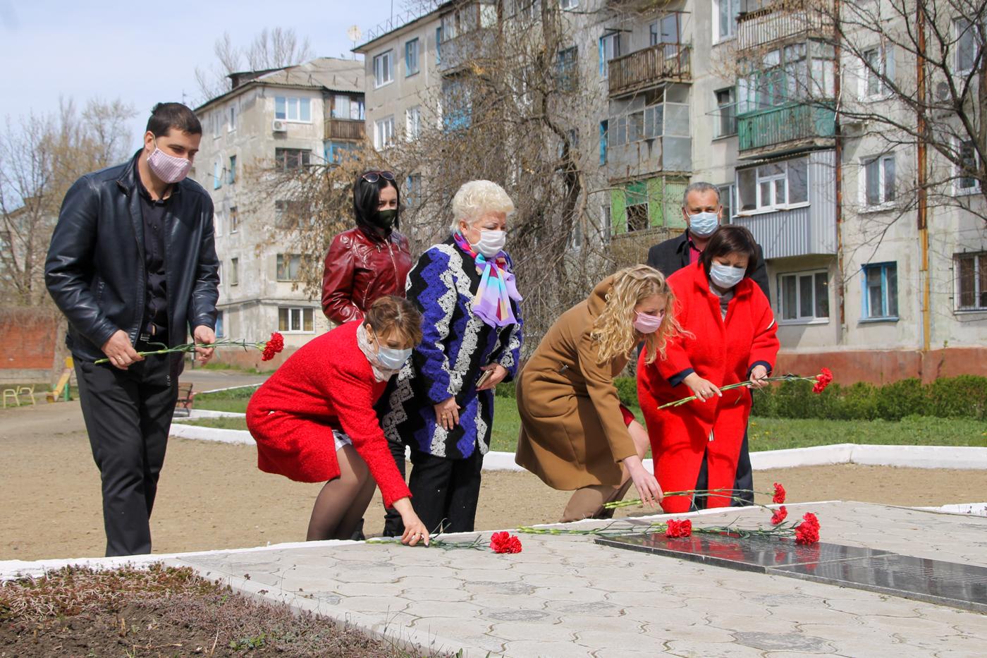 В городах и районах ЛНР почтили память жертв украинской агрессии