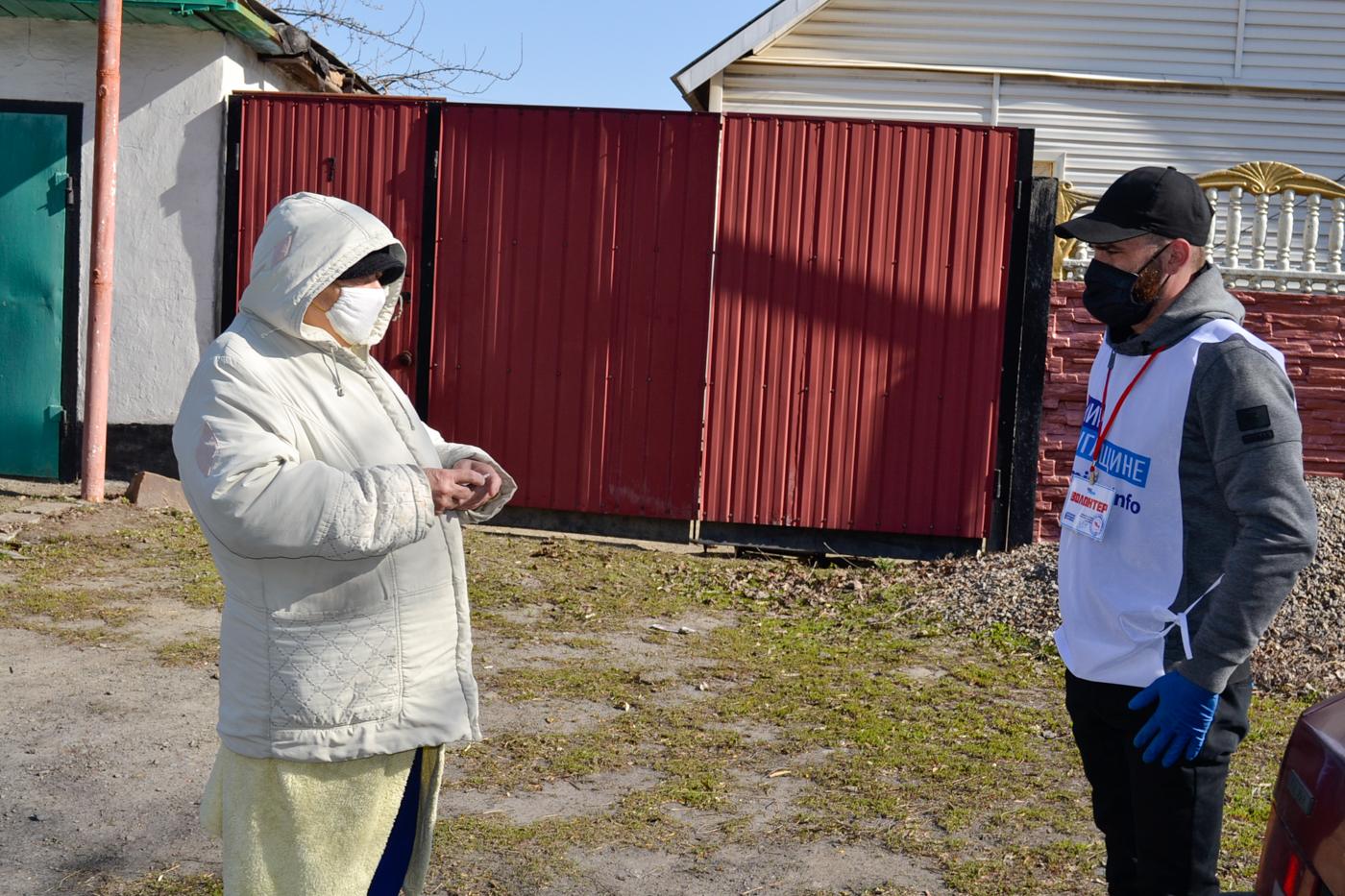 Активисты помогли жительнице города Ровеньки, находящейся на самоизоляции