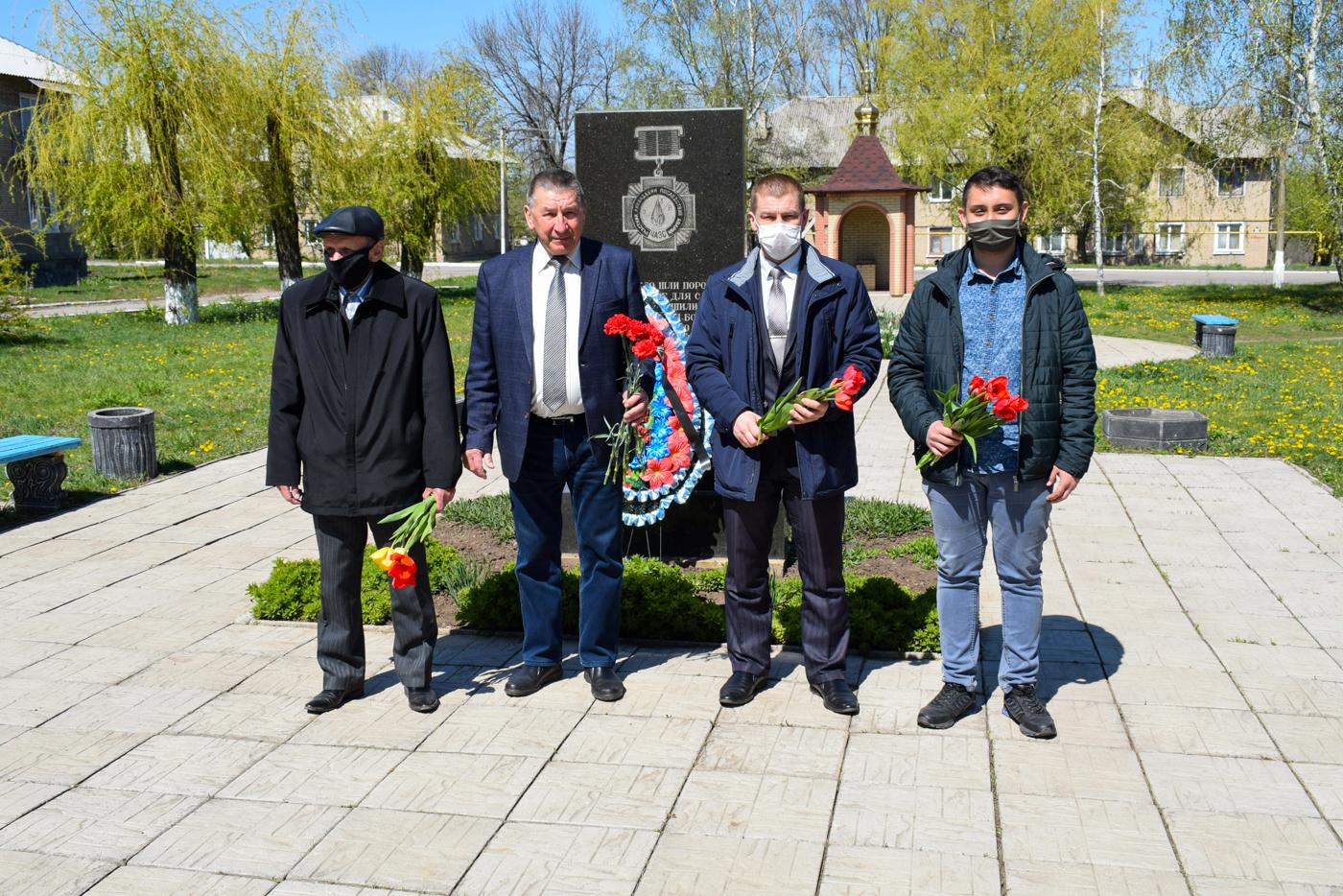 В городах ЛНР возложили цветы к памятным знакам ликвидаторам аварии наЧАЭС 1