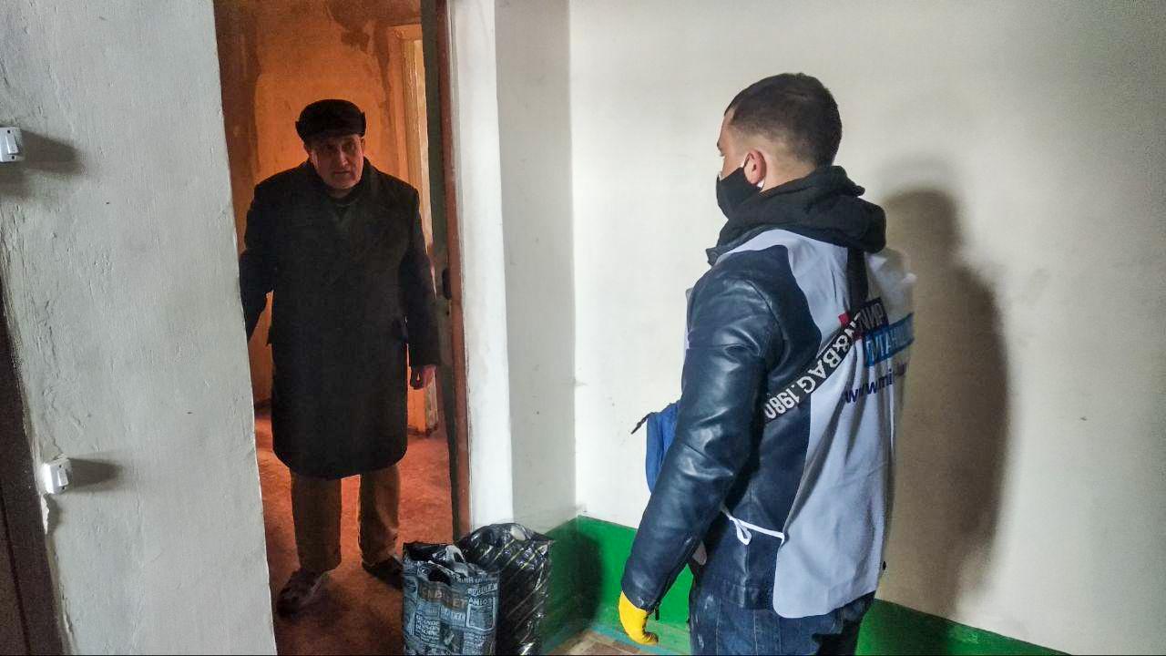 В Стаханове помогли жителям в рамках акции «Рука помощи» 1