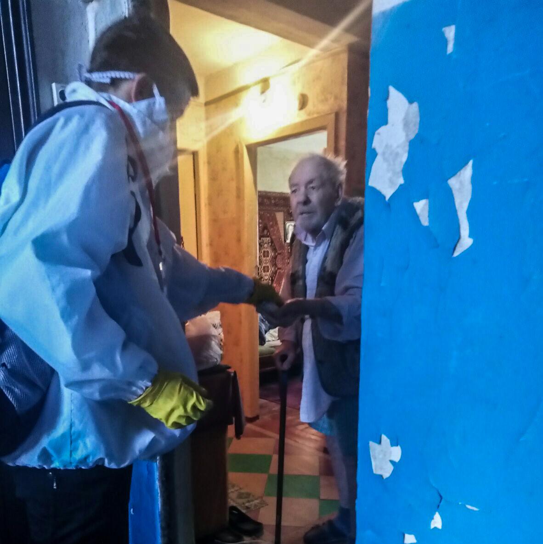 В Алчевске волонтёры помогли жителю города