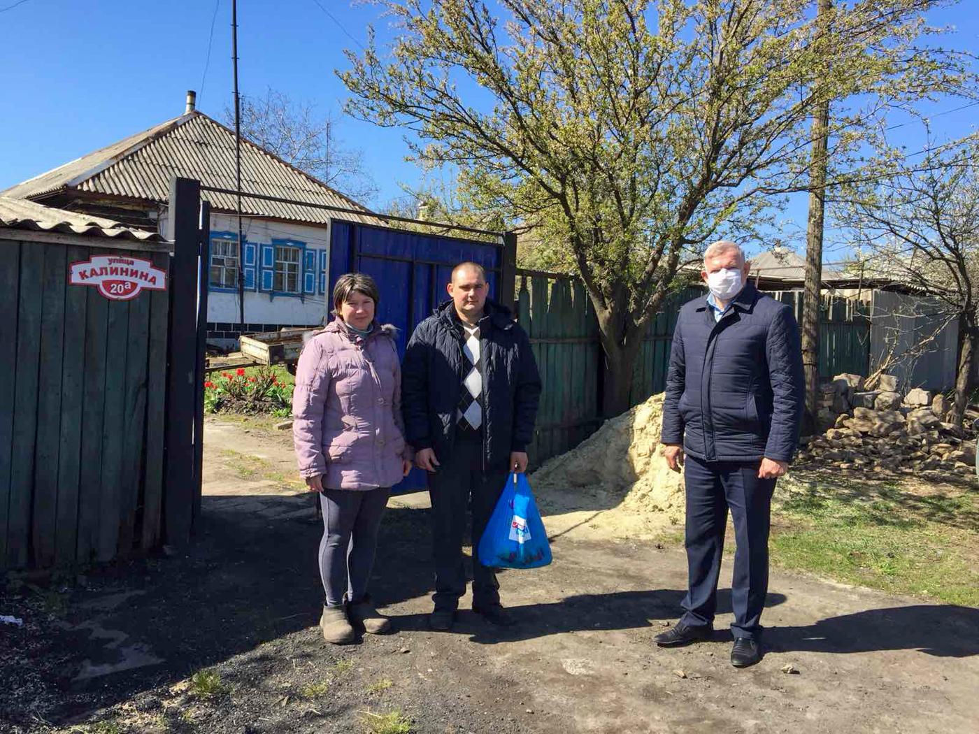 В Краснодоне вручили гуманитарные наборы от проекта «Волонтёр» 1